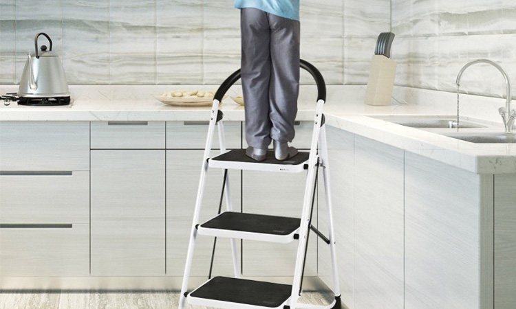 Best 3 Step Ladders in 2020 | Lightweight & Easy to Maintenance
