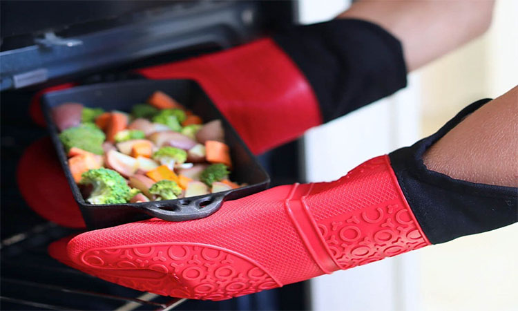Best Silicone Oven Mitts in 2020   Long Lasting & Easy to Clean